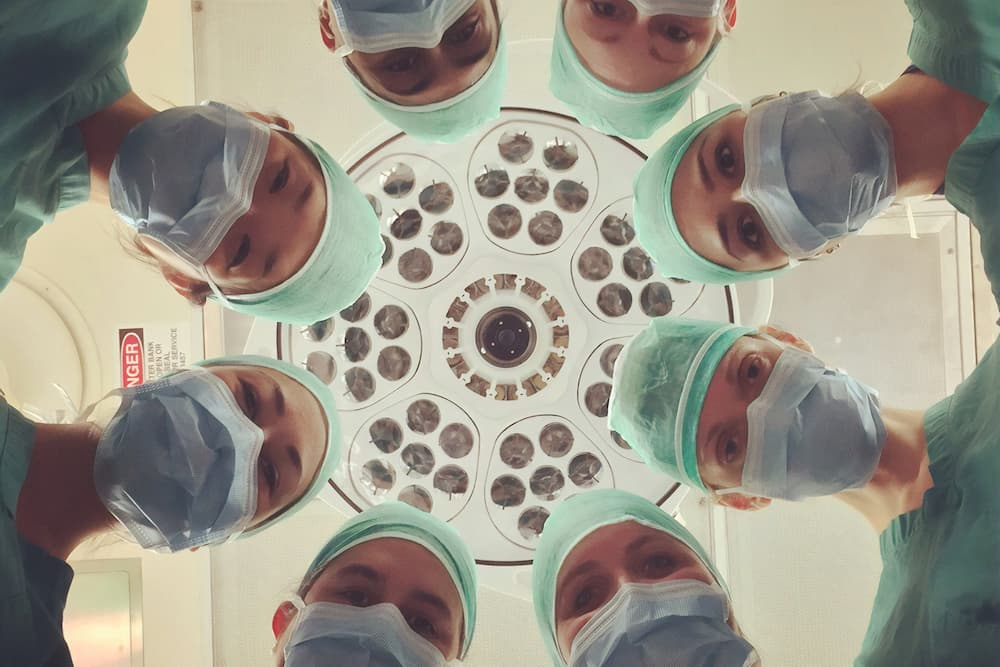 8 doctors staring at victim of air purifier sicness from above